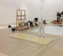 Lilibeth Cuenca Rasmussen under udstillingsopbygning