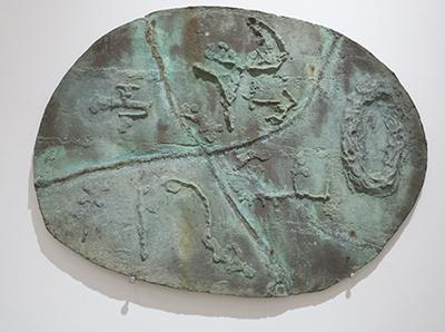 Ovalt bronzerelief. 1975